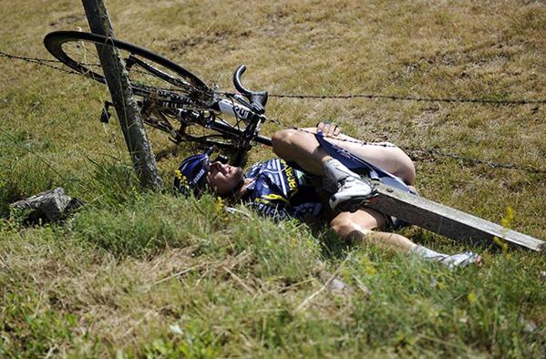CYCLING-FRA-TDF2011-CRASH-20110710-154259