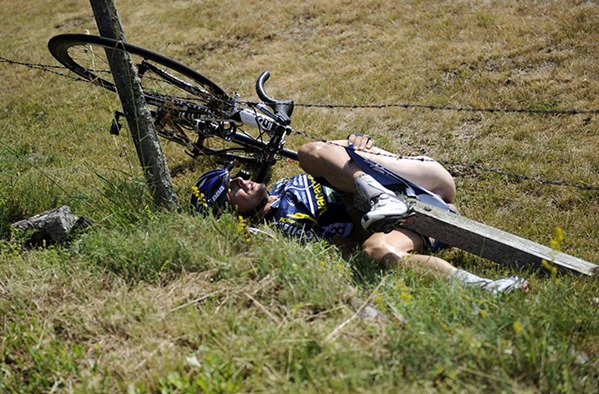 CYCLING-FRA-TDF2011-CRASH-20110710-154259